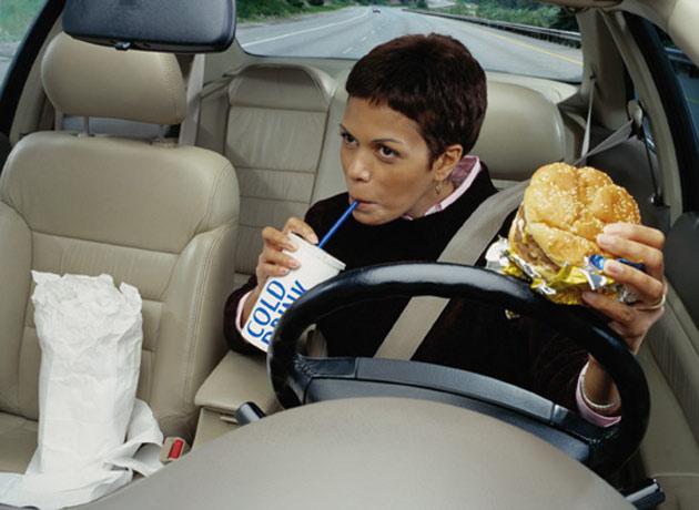photo illustration manger conduisant enquete